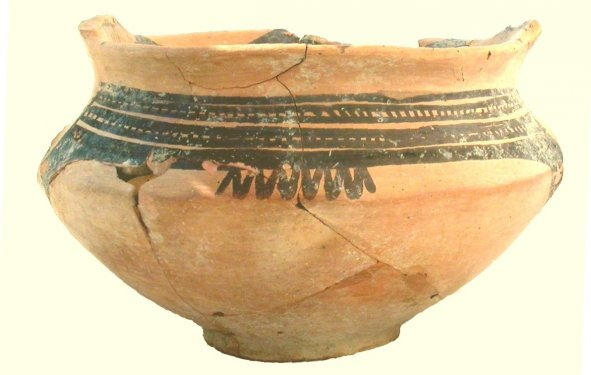 Kantharos (the two high strap handles now missing) decorated in the Oenotrian Matt-painted Miniature Style. Found on the Temple plateau of the Timpone della Motta during the Scavi Kleibrink 1992-2004. Late 8th century BC, National Archaeological Museum of the Sibaritide, Sibari.