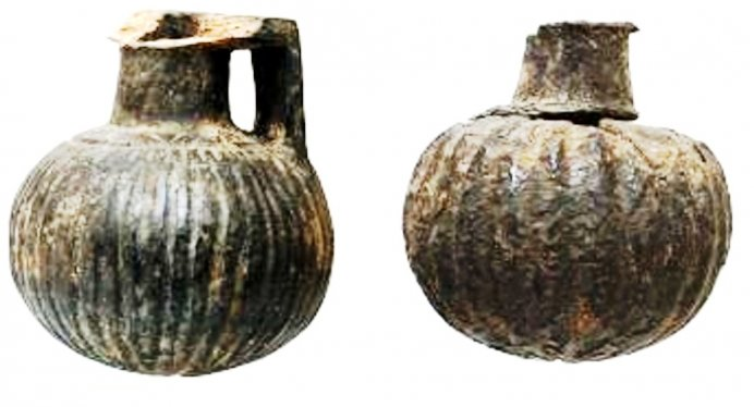 Two ribbed aryballoi (scent bottles) of Ionian Grey Ware, heights 4.8 and 4.7cm resp., found on Timpone della Motta, second half 7th century BC, National Archeological Museum, Sibari.
